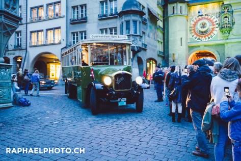 Saurer-Bus Oldtimer neben der Zytglogge während der Berner Museumsnacht