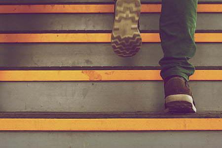 ember a lépcsőn