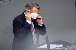 Njemački parlamentarac pokušava staviti masku