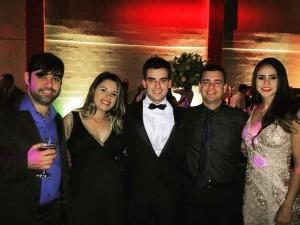 Gustavo cercado por Higo Costa, Pollyane Dornelas, Henrique Costa Vilela e Larissa Lopes.