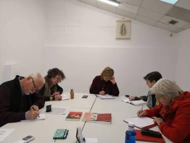 Primers lectors i escriptors d'El goig d'escriure practicant l'escriptura automàtica.