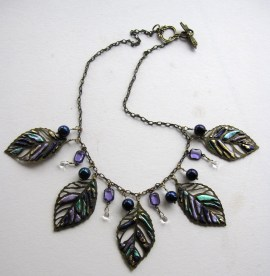 Tutorial on how to oooze leaf motifs tto make a delightful necklace