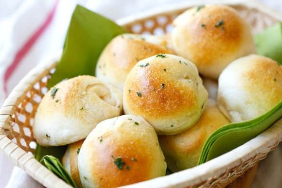 Garlic Herb Cheese Bombs - amazing cheese bomb biscuits loaded with Mozzarella cheese and topped with garlic herb butter. Easy recipe that takes 20 mins | rasamalaysia.com