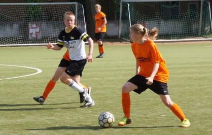 Lea Teutenberg (am Ball) zählt zur gefährlichen Kickers-Offensive. Acht Landesliga-Treffer sind bereits auf ihrem Konto. Foto: Matthias Vogel