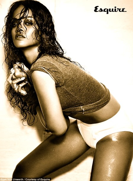 1415117139023_wps_5_Esquire_Rihanna_L1_jpg_Yo