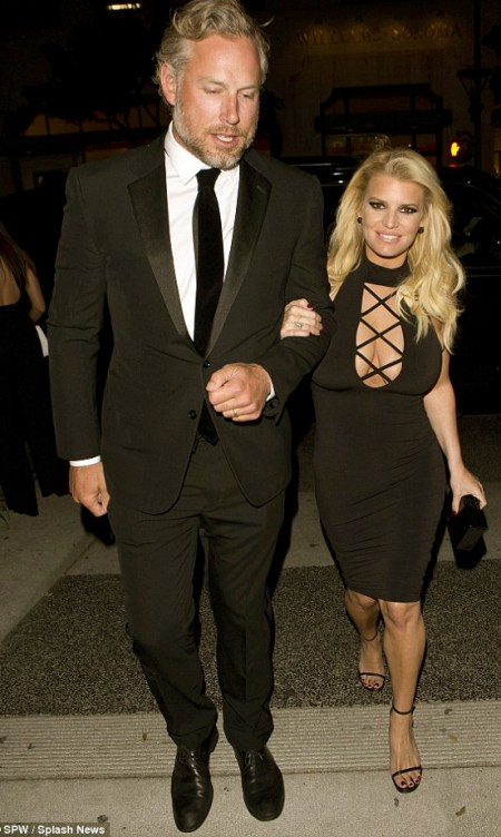 31A2F0C000000578-3467708-Jessica_Simpson_showed_off_her_ample_cleavage_in_a_revealing_ski-m-57_1456637008572