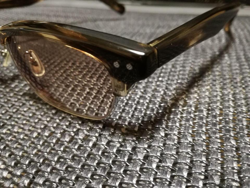 樹脂フレームの痩せで一番わかりやすいのは、レンズ横に飾りのための鋲(銀色で横に2つ並ぶ丸い形のもの)の周囲が凹んで鋲が浮き上がったようになります。