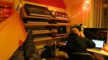 """Først lavede jeg en masse musik med bl.a. ham her TopGunn. Han producerede """"Yndlingsstof"""" sammen med Morten McCoy. Pato Siebenhaar producerede også et fedt nummer, men det glemte jeg at tage billeder af. Billedet her er fra mit studie, hvor TopGunn og mig arbejder på et nummer som ikke lykkedes at få færdigt til EPen alligevel."""