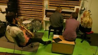 Nå men det der nummer som mig og TopGunn havde arbejdet på, drillede meget. Så i desperation gik mig og Morten McCoy i gang med at lave en helt ny sang. Det var lørdag eften og hele pladen skulle mastereres om tirsdagen. Men lørdag aften fik vi lavet skitsen til sangen. Og lørdag nat fik Morten linet et horn arrangement op som vi indspillede!