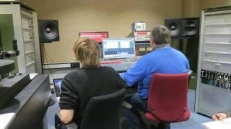 Morten McCoy og teknikeren Rinus tweaker på filerne.