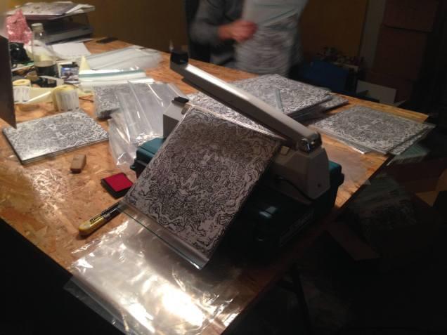 Da pladerne endelig ankom samlede vi dem og tegneserierne i specielt håndbeskårede narko-poser.