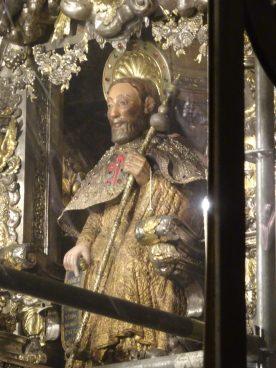 La imagen del Apostol (se abraza por detrás)