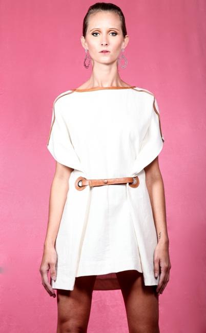 Vestido de lino con aplicaciones de piel y ojillos