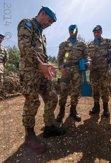 9 M.Riccï illustra il sito del blue pillar poco distante circa 3-5 metri dalla techincal fence israeliana