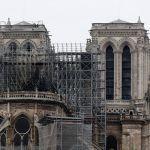 Tisuće ljudi na ulicama Pariza u tišini promatraju i u suzama  Notre-Dame u plamenu