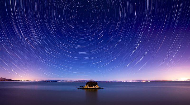 Uzun pozlama ile elde edilmiş yıldızizi fotoğrafı. Açık bir şekilde dönüş ekseni görülmektedir.