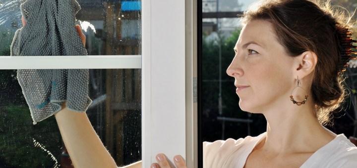 Zwiebel und Zeitungspapier – Hausmittel gegen stark verschmutze Fenster