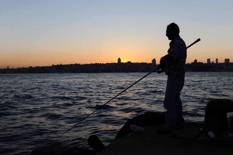 Ein Angler am Bosporus