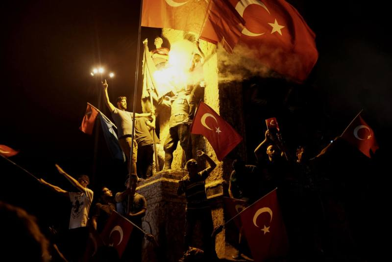 Taksim Platz 18.07.2016 - Statue