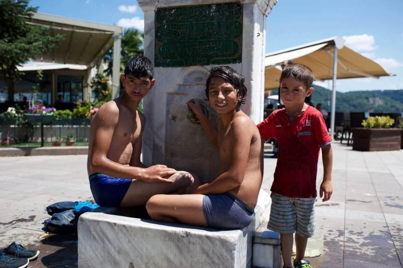 Jungen an einem Brunnen in Saryier in der Tuerkei