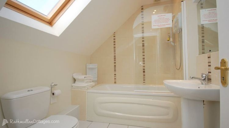 Bathroom - Clearwaters Holiday Cottage Rathmullan