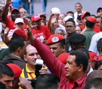 12月3日、カラカスで投票後に手を振るチャベス大統領(AFP/MARTIN BERNETTI)