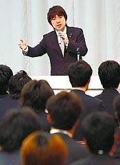 若手職員を対象にした朝礼で財政再建について説明する橋下知事(スポニチ大阪)
