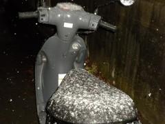 スクーターに雪が積もっています