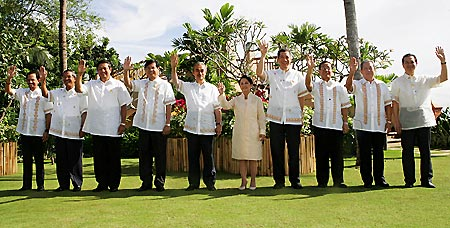 ASEAN首脳会議が開幕。フィリピン・セブに集まった首脳ら=13日〔著作権:AP.2007〕