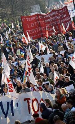 イタリア北部ビチェンツァで米軍基地拡張計画に抗議し、デモを行う人々(17日、AFP=時事)