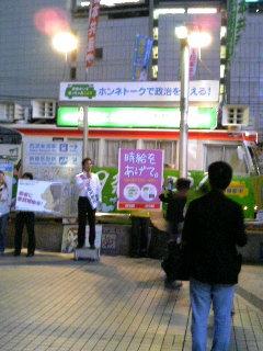 新宿駅東口の宣伝風景。演説しているのは日本共産党の参議院選挙比例代表選挙区候補谷川智行さん