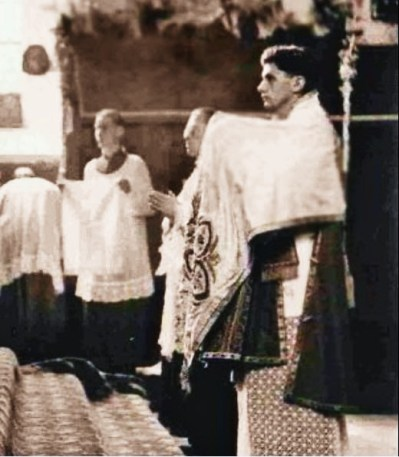 Joseph Ratzinger, subdiácono en la primera misa de su hermano