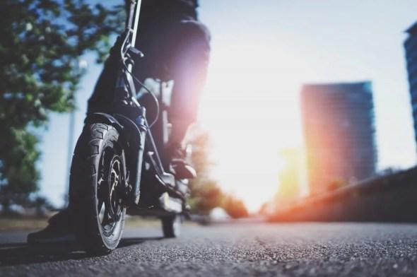 """E-Scooter erobern zukünftig auch in Deutschland die Straßen und Herzen. Sie gelten als leise und abgasarme Alternative für die """"letzte Meile"""" oder die spontane Fahrt zum Bäcker."""
