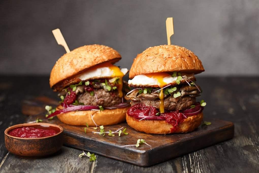 Rauchsalz zwei Burger mit Ketchup