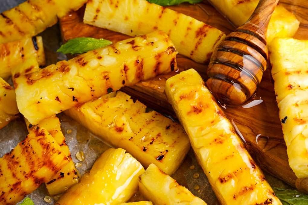Whisky Pfeffer würzt gegrillte Ananas mit Honig