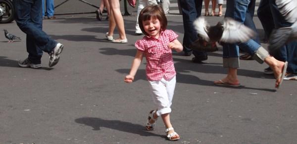 Kind rennt auf Kamera zu