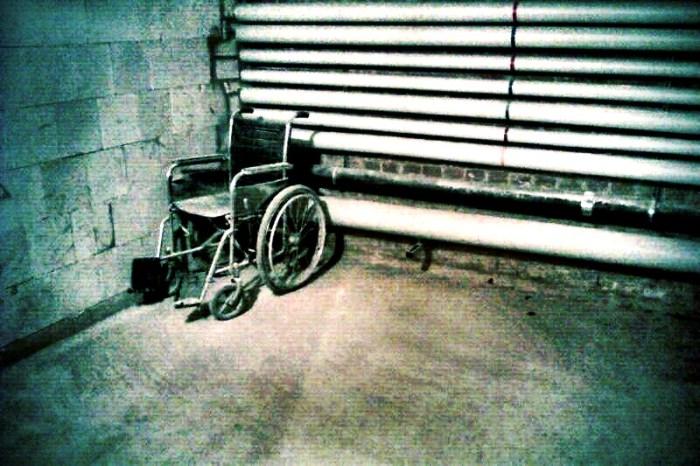 Rollstuhl im Keller
