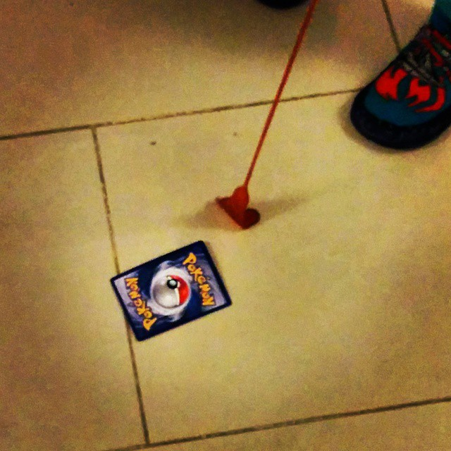 """Cazando un #Pokemon con un """"pie loco"""" #juguetesDeSiempre"""