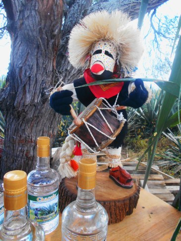 Otra representación de un «viejo» que porta un tambor de cuero de puerco y madera
