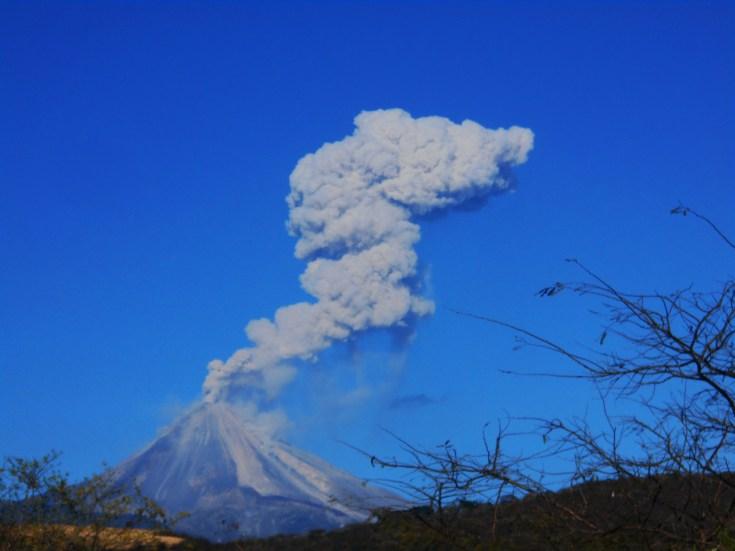 Vista del Volcán del Fuego desde la carretera estatal número 16 que conecta a Colima con Jalisco