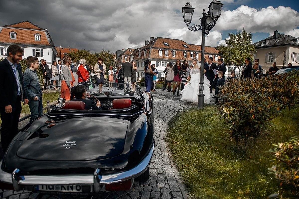 Hochzeitsfotograf-Frankfurt-Brautpaar-Chauffeur-Brautauto