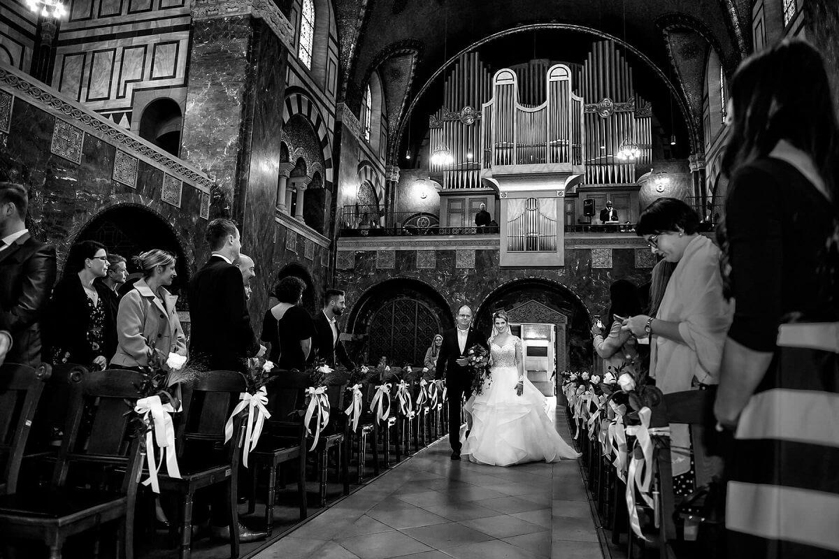 Hochzeitsfotograf-Frankfurt-Brautvater-Gang-zum-Altar-Kirche