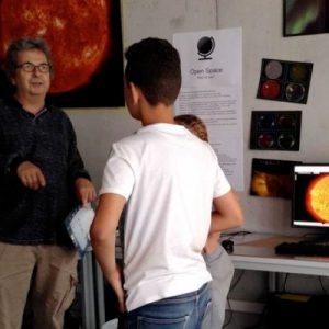 Kinder der Nachbarschaft lernen, am Computer Bilder der Sonne zu machen
