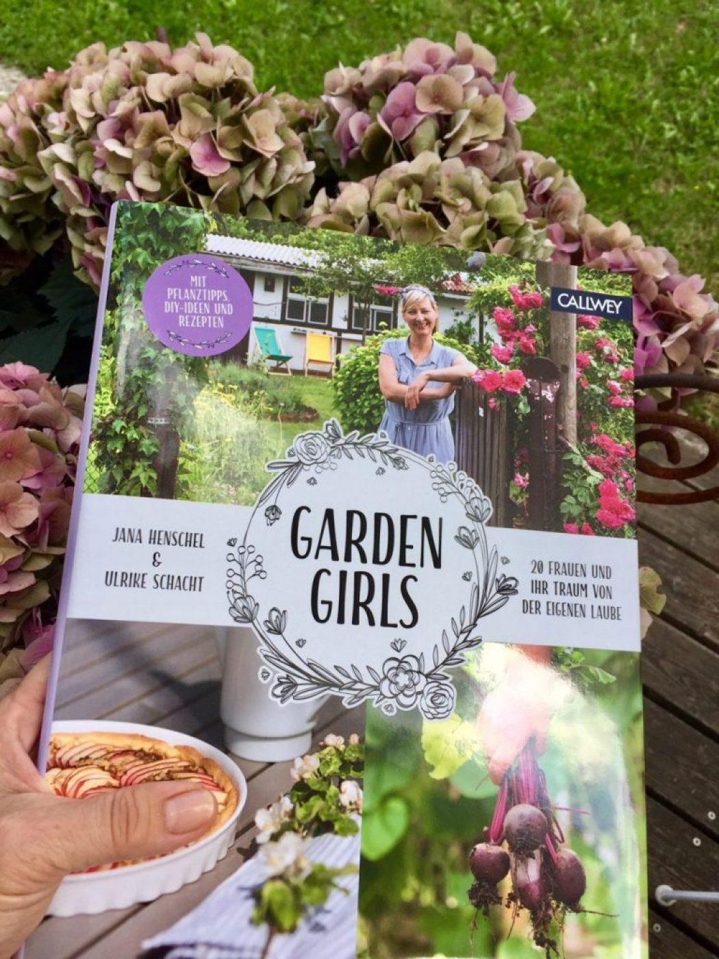 sonntag ist lesetag. garden girls!