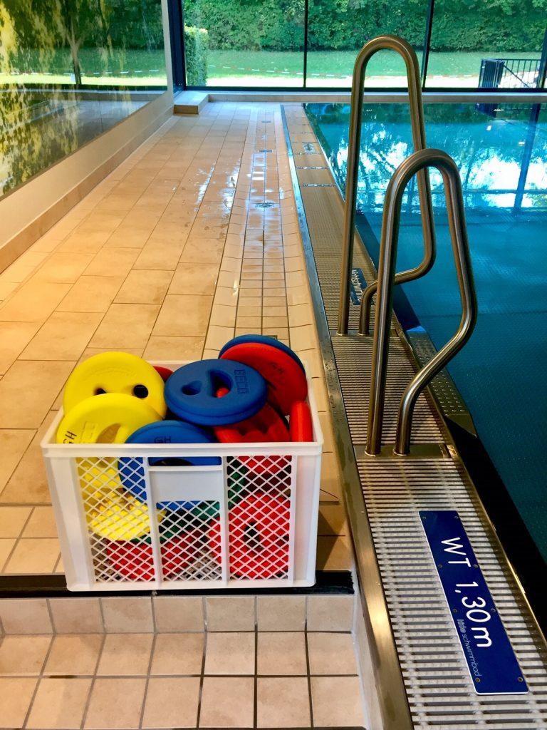 fit und schlank mit Gewichten im Wasser