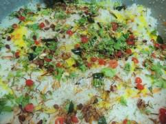 Nasi biriyani terdiri dari tiga lapisan, nasi, daging sapi, dan nasi.