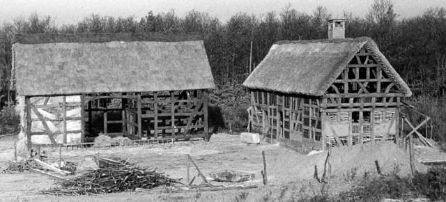 Aufbau des Hauses aus Scheuerheck im Freilichtmuseum