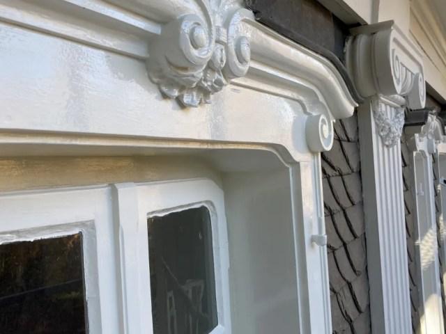 Blick auf die Fenster der Gartenfassade.