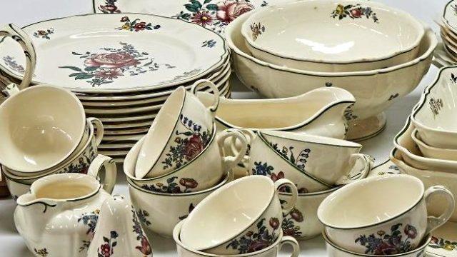 Geschirrservice mit Tellern, Suppentellern, Tassen, Kaffeekanne, Soßenschälchen und Schalen in weiß mit Blumenmotiv,
