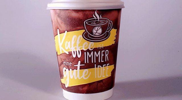 """Plastik-Becher mit Deckel, braun gemustert mit weißer Aufschrift """"Kaffee ist immer eine gute Idee"""""""